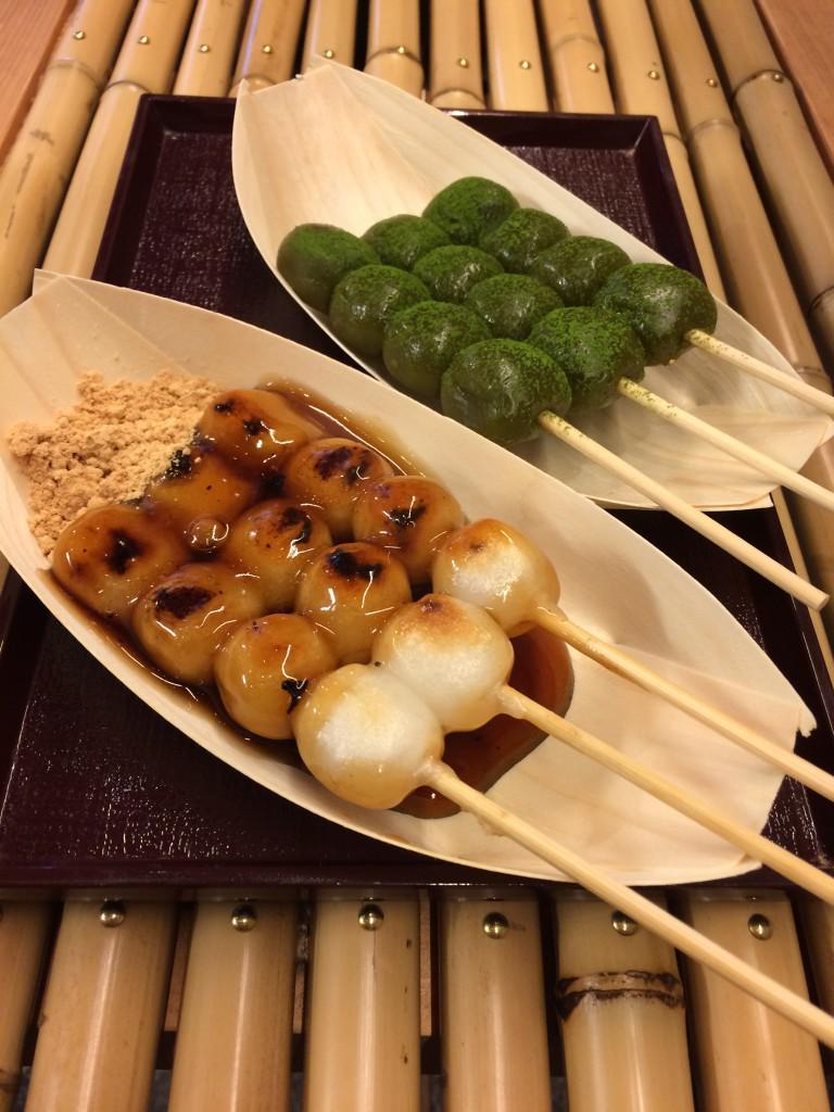 Dango (süße Reisspeise mit und ohne Matcha)